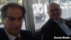 تصویری که مسعود جوادیه (سمت چپ) از بازداشت خود و آرش کیخسروی در داخل ون نیروهای امنیتی گرفته است
