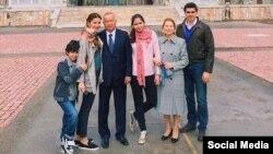 Маркум Ислам Каримов үй-бүлөсү менен.