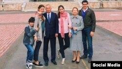Маркум Ислам Каримов жубайы, кызы Лола, күйөө баласы Тимур жана алардын балдары менен.