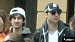 Джохар және Тамерлан Царнаевтар марафон өткен маңда жүр. Бостон, 18 сәуір 2013 жыл.