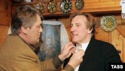 Президент Украины Виктор Ющенко и французский актер Жерар Депардье во время посещения дома семьи Ющенко в селе Безрадичи
