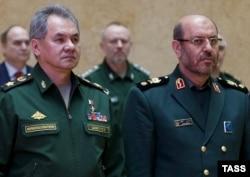 Министр обороны России Сергей Шойгу (слева) и его иранский коллега Хосейн Дехган (справа)