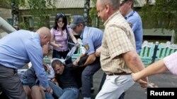 ბელორუსიის უშიშროების ძალები და პოლიცია ოპოზიციის აქტივისტებს აკავებენ