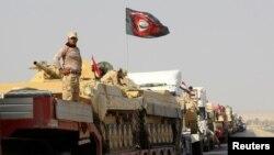 Pamje e një konvoji ushtarak të forcave të Irakut duke avancuar në periferi të Mosulit