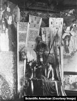 Statuia unui războinic călare înconjurată de lucrările lui Mucha