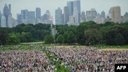 Нью-Йорктун Борбордук паркында адамдар йога менен машыгууда. 25-июнь, 2010-жыл.
