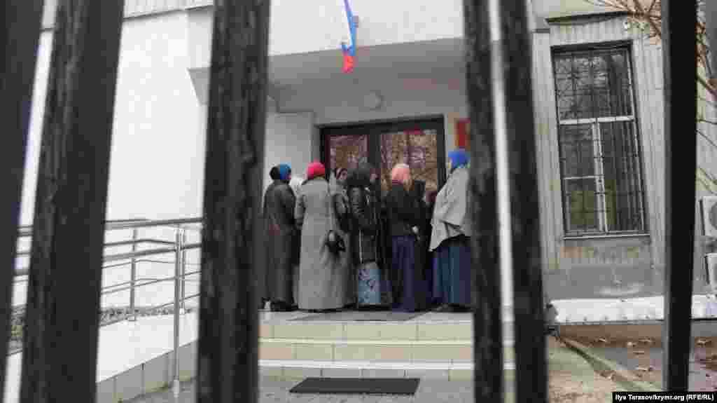 Суд продовжив обвинуваченим арешт на півроку – до 27 травня. Перше попереднє засідання відбудеться вже в Ростові-на-Дону – попередньо 11 грудня