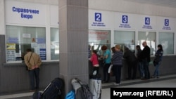 Черга в касу Центрального автовокзалу Сімферополя