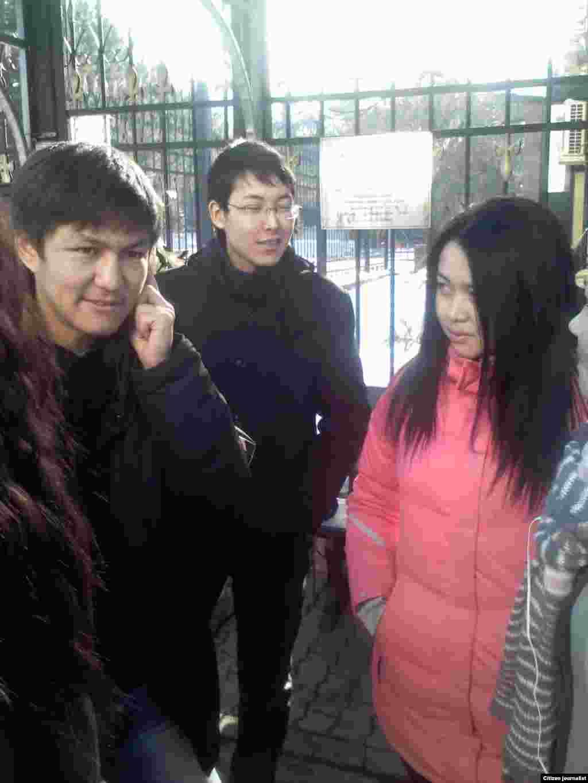 Казахские гражданские активисты провели 6 декабря в Алматы акцию протеста у здания консульства Польши. Они требуют не возвращать в Казахстан беженца Меирмана Шауенова.