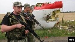 Бойовики угрупування «ДНР» біля обломків «Боїнга-777», 18 липня 2014 року
