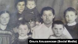 Анна Кравченко (крайняя справа) с семьей