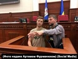 Нікіту Макєєва (на світлині з фотокамерою) акредитовано у держзакладах