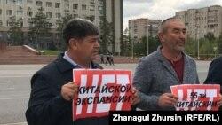 Берик Ногаев (справа) на акции против реализации совместных с Китаем проектов на территории Казахстана. Актобе, 3 сентября 2019 года.