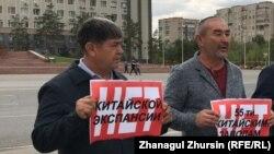 Берік Ноғаев (оң жақта) Қытай зауыттарына қарсы митингіге шығып тұр. Ақтөбе, 2019 жылдың қыркүйегі.