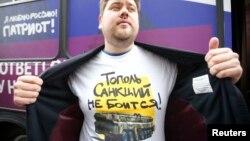 Чоловік демонструє футболку з мілітаристським написом. Подібний одяг поширюють у рамках організованої прокремлівськими активістами кампанії, Москва, 23 вересня 2014 року