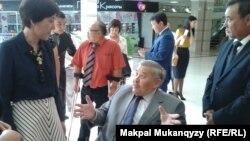Министр труда и социальной защиты населения Тамара Дуйсенова (слева) разговаривает с людьми с инвалидностью. В центре - Али Аманбаев. Алматы, 10 июля, 2014 года