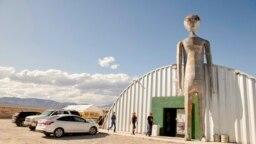 Storm Area 51 Basecamp, în Alien Research Center, Nevada, SUA, loc de pelerinaj pentru cei care cred în extratereștri și OZN-uri (UFO).
