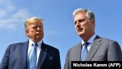 در این تصویر از سپتامبر ۲۰۱۹ رابرت اوبرین و دونالد ترامپ در لسآنجلس؛ آقای اوبراین ۵۴ سال دارد و از سال ۲۰۱۹ مشاور امنیت ملیست.