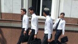 Türkmen studentleri plastik kartlaryň işlemeýändigini, pulsuzlykdan gyzlaryň bikanun ýollara baş goşýandygyny aýdýarlar
