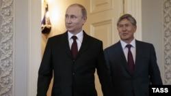 Sappasağ Vladimir Putin (solda) keçmiş Qırğızıstan prezidenti Almazbek Atambayevlə