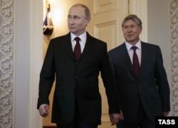 Владимир Путин (сол жақта) мен Алмазбек Атамбаев.