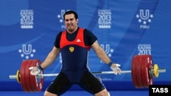 آرشیف، دیوید بیدژنیان وزنه بردار روسی در رقابت های وزنه برداری ۱۰۵ کیلوگرام در شهر کازان روسیه.