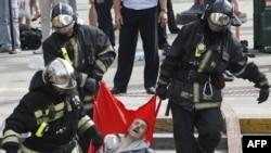 Ekipet e shpëtimit duke i bartur të plagosurit nga metroja e Moskës