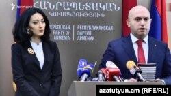 Зампред РПА Армен Ашотян (справа) и член партии Арпине Ованнисян на пресс-конференции, Ереван, 26 ноября 2018 г.
