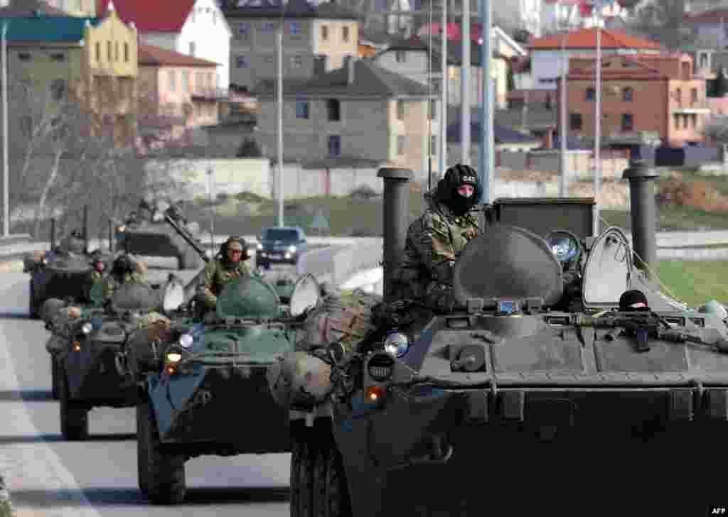 Российские войска на улицах Севастополя на следующий день после проведения референдума