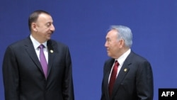 Президент Азербайджана Ильхам Алиев (слева) и президент Казахстана Нурсултан Назарбаев. Сеул, 27 марта 2012 года.