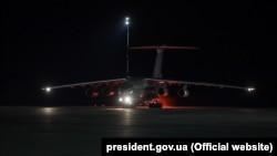 Літак із тестами на коронавірус прибуває до Києва з Китаю