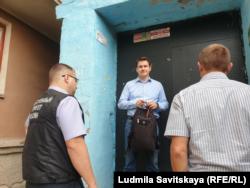 Николай Кузьмин с полицией у своего подъезда