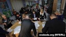 Падлік галасоў на выбарчым участку, дзе галасаваў Аляксандар Лукашэнка. Прэзыдэнцкія выбары, 11 кастрычніка 2015 года