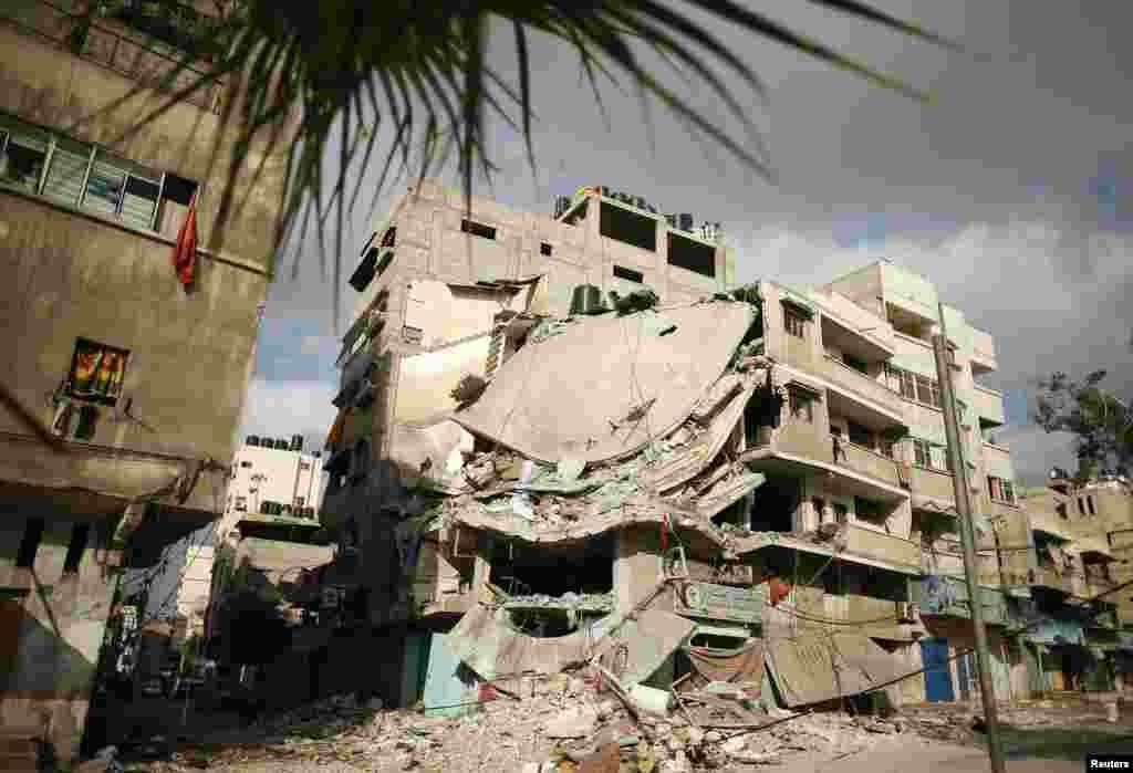 19 шілдеде Газа секторындағыоперацияларкезінде Израильдің екі сарбазы қаза тапты.Израиль әскері палестиналық ХАМАС тобының Израиль аумағын ракеталармен атқылауын тоқтатуға тырысып жатыр. 8 шілдеден бері Израиль ХАМАС қарулы күштеріне әуеден соққы жасаған еді. Осы уақыт ішінде300-ден аса палестиналық пен Израильдің үш адамы қаза тапқан. Палестиндіктер қаза тапқандардың көбі қарапайым тұрғындар екенін айтады. Суретте: Газадағы әуе соққысынан қираған тұрғын үй. 19 шілде 2014 жыл.