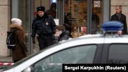 Полиция блокирует вход в здание, куда поступило сообщение о бомбе