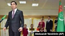 Президент Туркменистана Гурбангулы Бердымухамедов (слева) и его сын Сердар Бердымухамедов на фото, снятом в феврале 2017 года.
