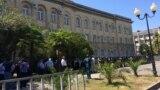 Принятие изменений в законодательство наделяет парламент полномочиями по установлению даты выборов президента на 25 августа