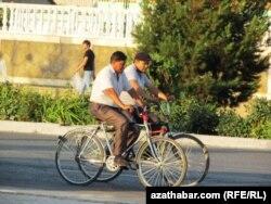 Велосипед мінген ер адамдар. Түркіменстан. (Көрнекі сурет)