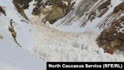 Люди сидят без электричества, а транспорт к ним проехать не может - дороги завалены снегом