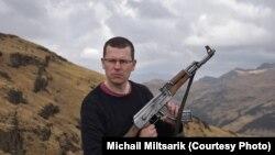 """Михаил Мильчарек с автоматом """"Калашников"""", Эфиопия"""