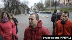 Зьміцер Крамянецкі (на фота справа) па вызваленьні ў красавіку