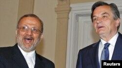 منوچهر متکی وزیر امور خارجه ایران در دیدار با هریس سیلایدزیچ، یکی از اعضای رهبری سه جانبه بوسنی