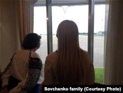 Анасы мен сіңілісі Надежда Савченконың келуін күтіп «Борисполь» әуежайында тұр.