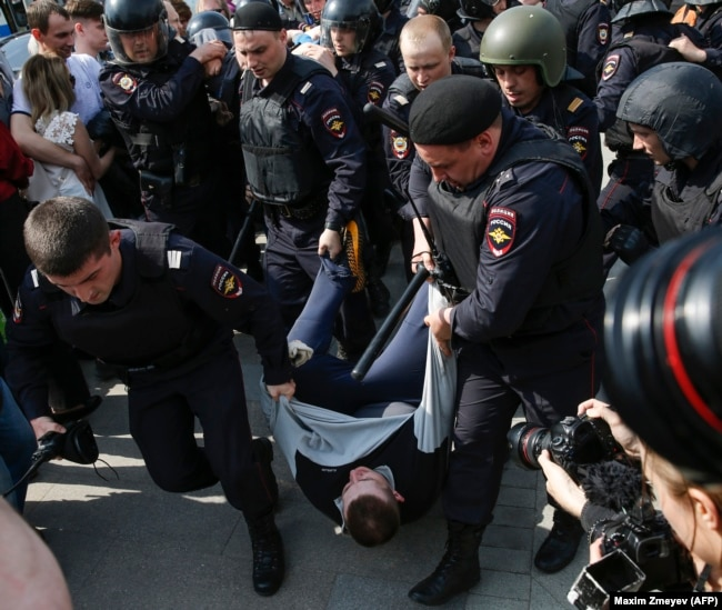 Полиция задерживает участника акции сторонников Алексея Навального, Москва, 5 мая 2018 года