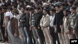 Антивладини демонстранти се молат