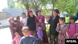 Кыргыз-өзбек чегинде жайгашкан Чек айылындагы кыргыз жарандары.