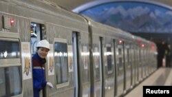 Сотрудница алматинского метрополитена в вагоне отъезжающего состава. 1 декабря 2011 года.