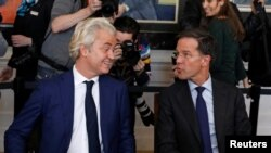 Премьер-министр Нидерландов Марк Рютте (справа) и крайне правый политик Герт Вилдерс беседует после всеобщих выборов, 16 марта 2017 года.