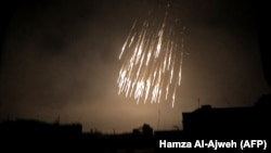 На фото: фосфорные бомбы во время бомбардировки Думы – одного из немногих оставшихся повстанческих анклавов (23 марта 2018 года)