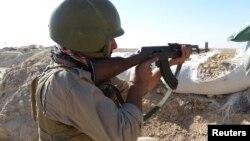 """جندي عراقي في مواجهة مع مسلحي """"داعش"""" بمحافظة الأنبار"""